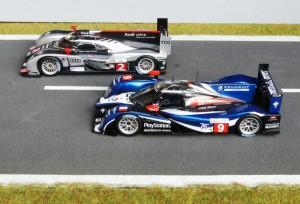Das Duell Audi vs Peugeot auf dem Höhepunkt: Le Mans 2011. Peugeot 908 (Modell: Spark), Platz 2, Audi R18 TDI (Spark), Platz 1