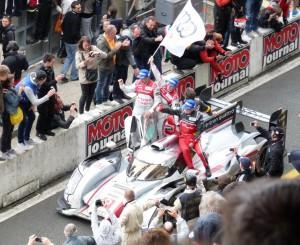 Le Mans 2013, Sonntag, 15.15 Uhr, der siegreiche Audi dem Weg zum Podium