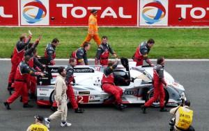 Le Mans 2013, Samstag 14.30 Uhr - der spätere Siegerwagen wird zur Startaufstellung geschoben
