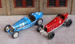 Bugatti T39 (Modell: Brumm) und Alfa Romeo P3 (Silhouette), Rennwagenn mit ca. 3 Litern Hubraum und 250 PS - so war es 1934 eigentlich gedacht.